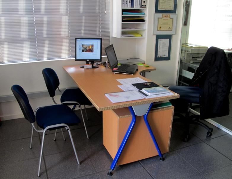 2 monitores oficina inmobiliaria