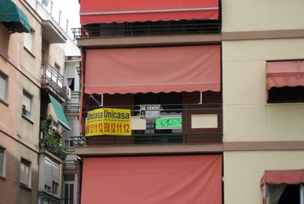 anuncios de se vende piso en un balcón