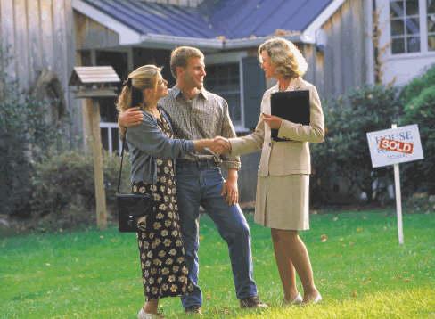 agente inmobiliario vende casa